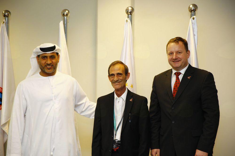 Robert Perc s predsednikom JJIF Panagiotisem Theodoropoulosom iz Grčije (v sredini) in prvim podpredsednikom JJIF Abdulmunemom Alsayedom M. Al Hashmijem (ZAE).