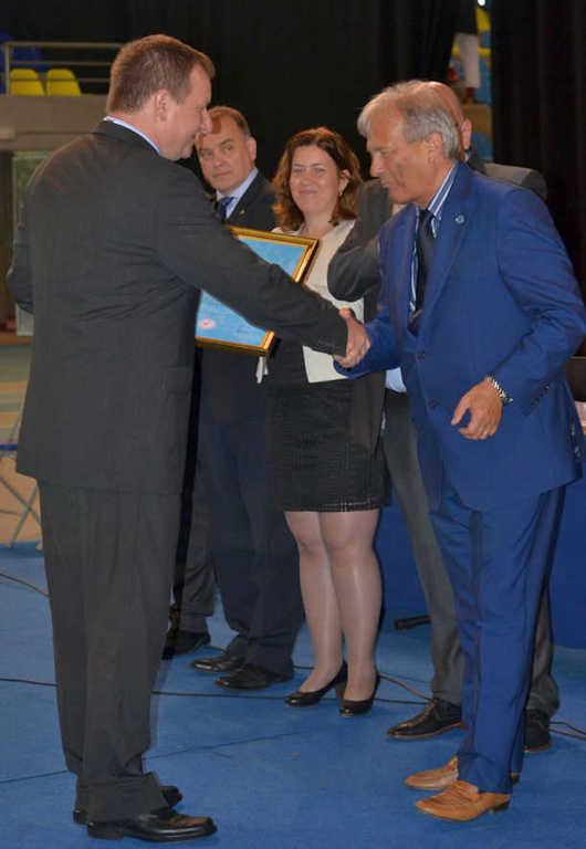 Robert Perc se v imenu JJEU zahvaljuje nekdanjemu predsedniku Dariu Quenzi iz Italije za dolgoletno delo v ju-jitsu (ob podelitvi priznanja za življenjsko delo).