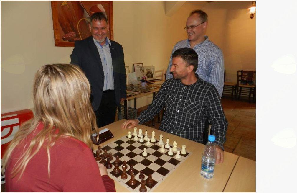 Hitropotezni šahovski turnir je s postavitvijo šahovske figure odprl župan Srečko Ocvirk.