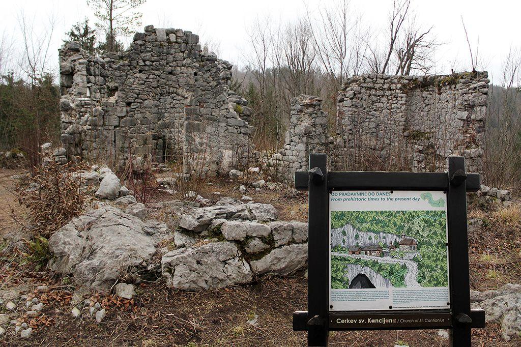 Ruševine cerkve sv. Kancijana stojijo v bližini Velikega naravnega mostu, pod katerim teče reka Rak. Po reki in svetniku je kraj tudi dobil ime.