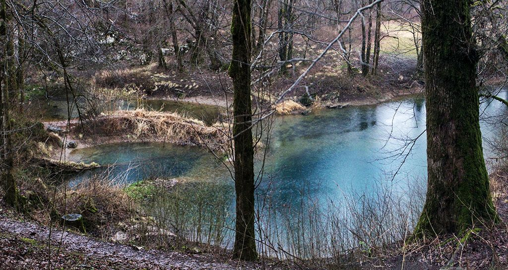 Voda v Kotličih je bila zaradi nizkega vodostaja mirna. Ob visokem vre na plan kot vre voda v kotlu.