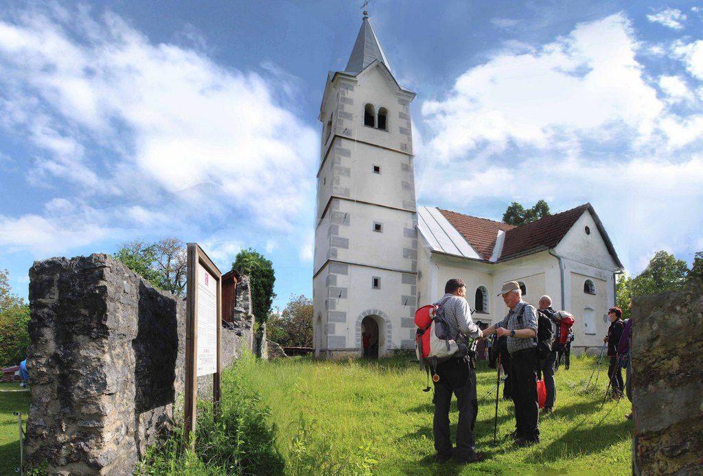 Skozi gozd smo prišli do Tabora s starodavno cerkvico sv. Kunigunde, zgrajene v obdobju turških spopadov