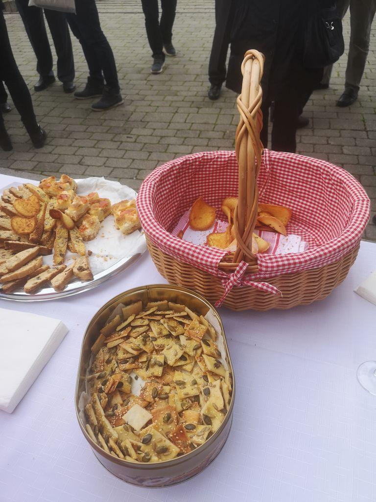 Okusne dobrote so hitro kopnele iz košar in pladnjev.