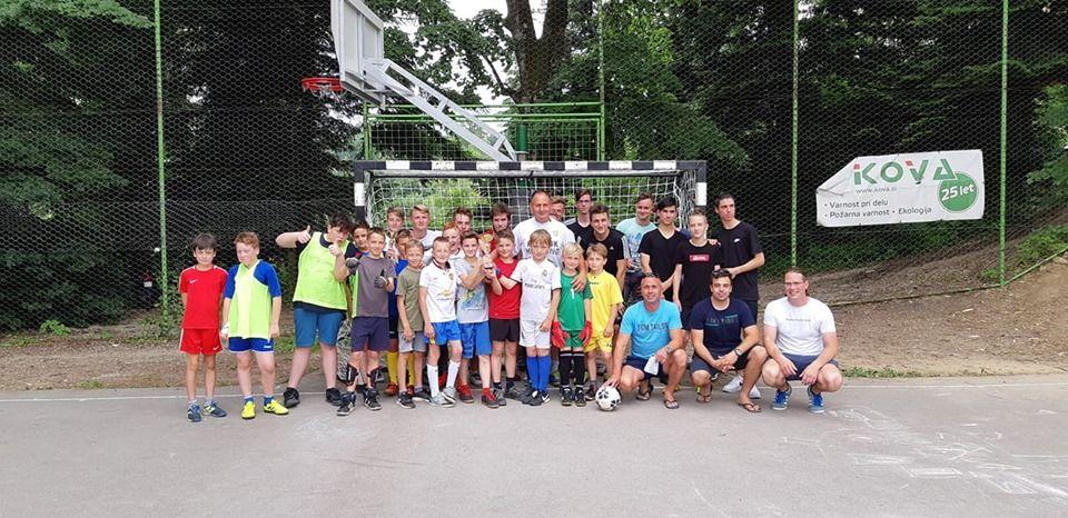 V malem nogometu so se pomerili osnovnošolski otroci.