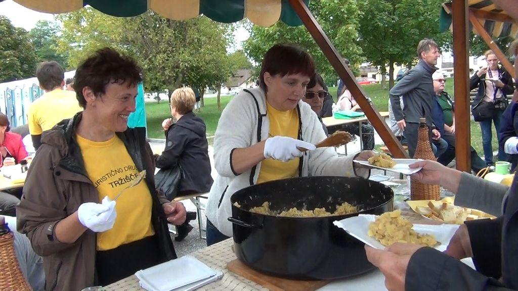 Razdeljevanje praženega krompirja, članice TD Tržišče (foto: Stane Markovič)