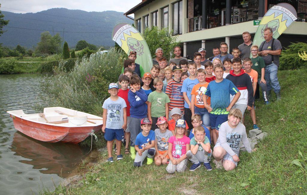 Skupni posnetek mladih ribičev in mentorjev