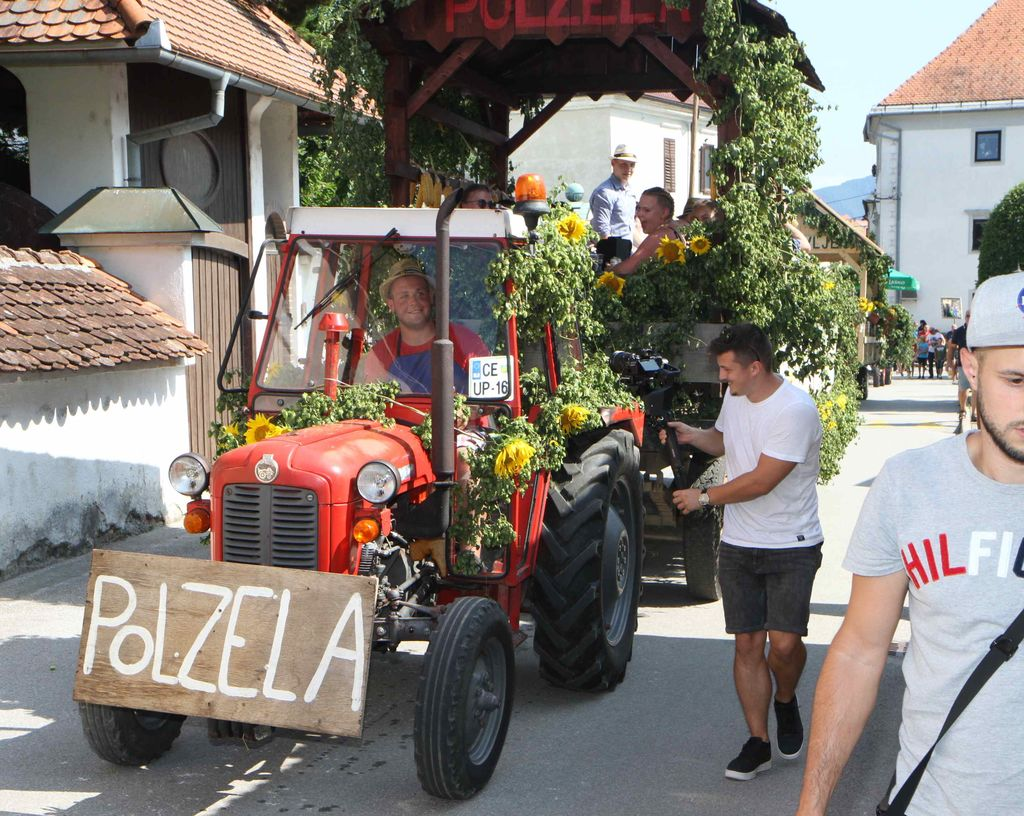 Voz Društva podeželske mladine s Polzele prikazuje ročno postavljanje štang v starih časih.