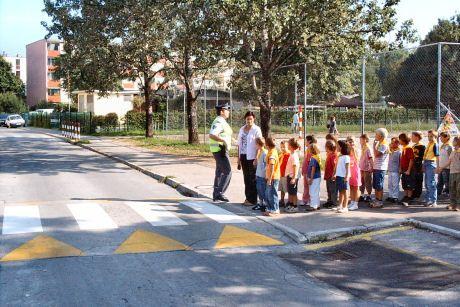 Otroci, preden prečkate cesto, najprej poglejte na levo, nato na desno in še enkrat na levo!