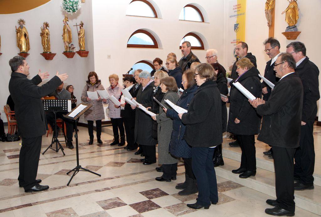 NastopZdruženega mešenega pevskega zbora s. Marjete Polzela, ki ga je vodil Marko Slokar