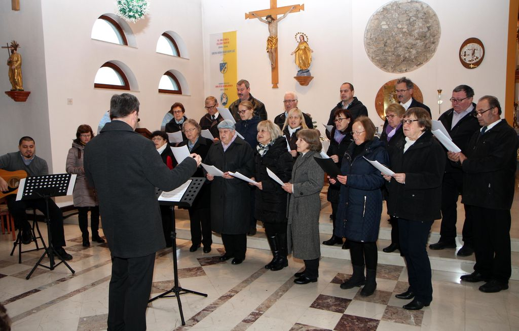 NastopZdruženega mešanega pevskega zbora sv. Marjete Polzela, ki ga je vodil Marko Slokar.