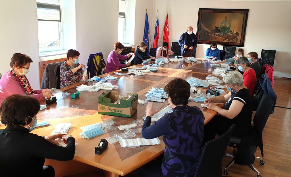 Pri pakiranju mask v sejni sobi Občine Polzela