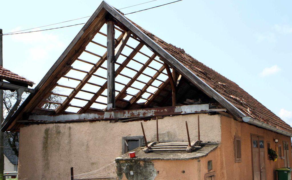 Poškodovanih tudi veliko streh
