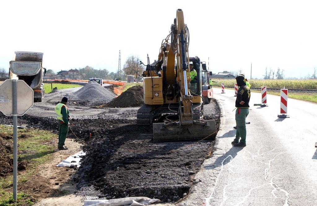Ukinitev nivojskega prehoda, obnova dovozne ceste in preusmeritev prometa