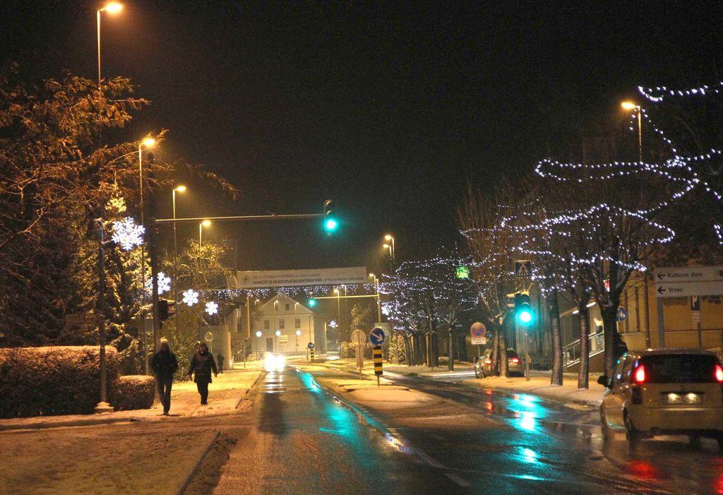 Prva pošiljka snega in prižig prazničnih luči na Polzeli