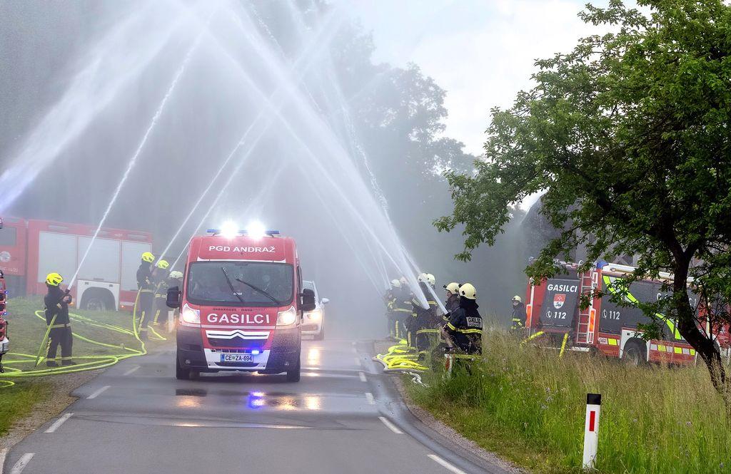 Ob prihodu domov v Andraž nad Polzelo so pripravili za mladinke domači gasilci sprejem s curkometom
