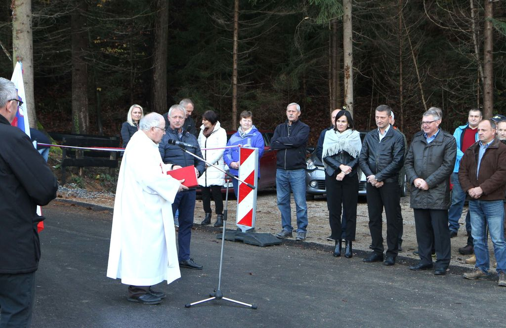 S prerezom traku so cesto predali namenu župana obeh občin Janko Kopušar in Jože Kužnik, predsednik vaške skupnosti Peter Rogl ter Saša Cizej  iz podjetja, ki je izvajalo obnovo.