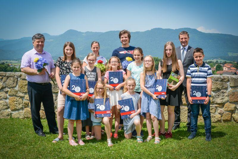 Sedem najboljših polzelskih devetošolk in enajst glasbenikov na županovem sprejemu