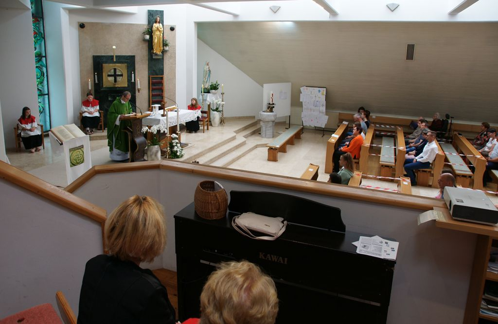 V nedeljo se je na Polzeli v župnijski cerkvi sv. Marjete svetega opravila udeležilo že kar precej faranov.