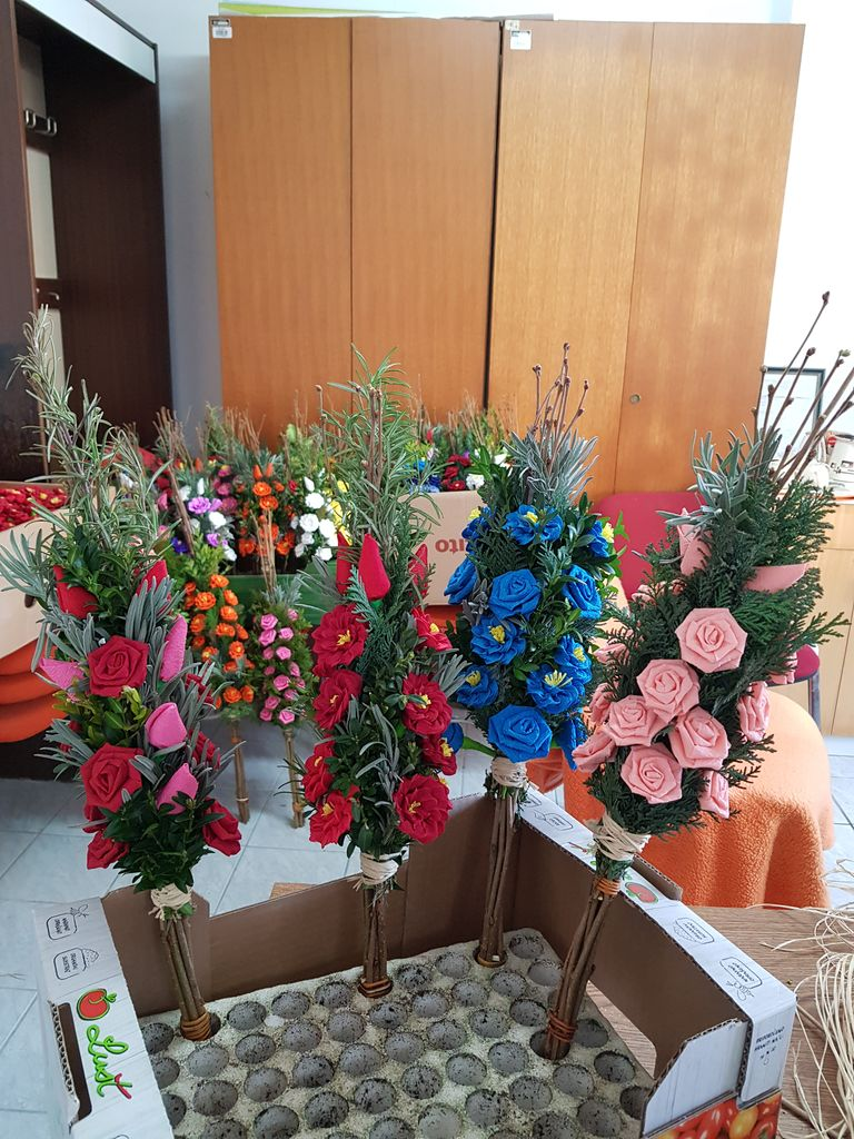 V Karitas Polzela smo izdelovali cvetje iz papirja in butarice