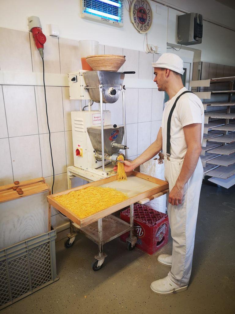 V pekarni poleg rezancev delajo tudi naravni sladoled in različne vrste peciva.