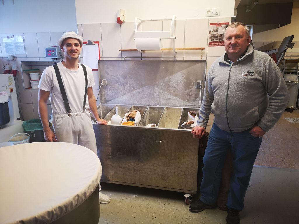 Znani savinjski pek Vanek Roter se je letošnjo pomlad po 40 letih dela v domači pekarni upokojil. Vodenje je prevzel njegov sin Marko Roter Grlica.