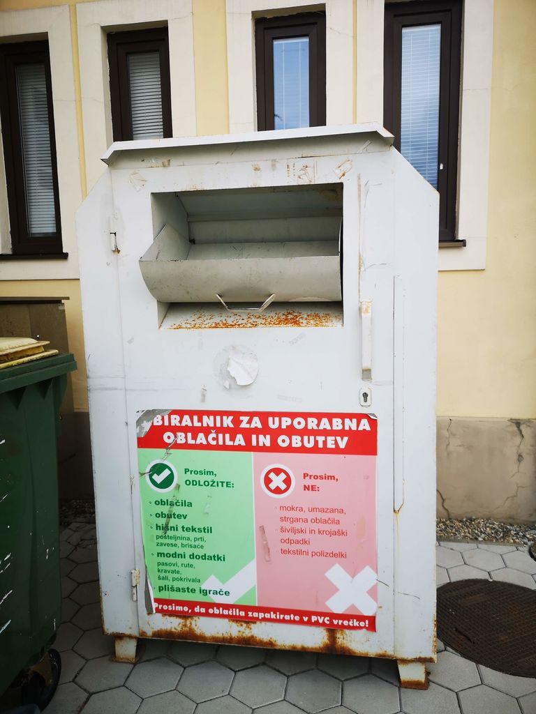 V zabojnik za zbiranje oblačil, ki stoji za občinsko stavbo in nad katerim bdi Krajevna organizacija Rdečega križa Polzela, spadajo čista in še uporabna oblačila.
