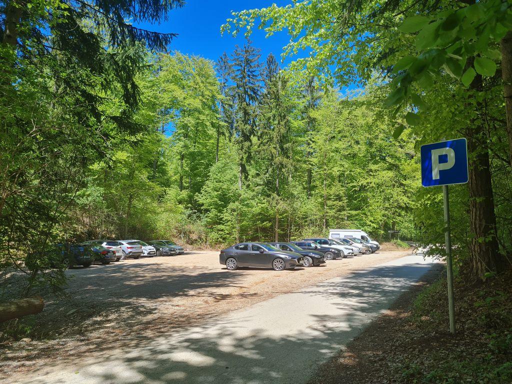 2. S parkirišč pri kužnem znamenju vodi planinska pot proti Vimperku ali na Goro Oljko.