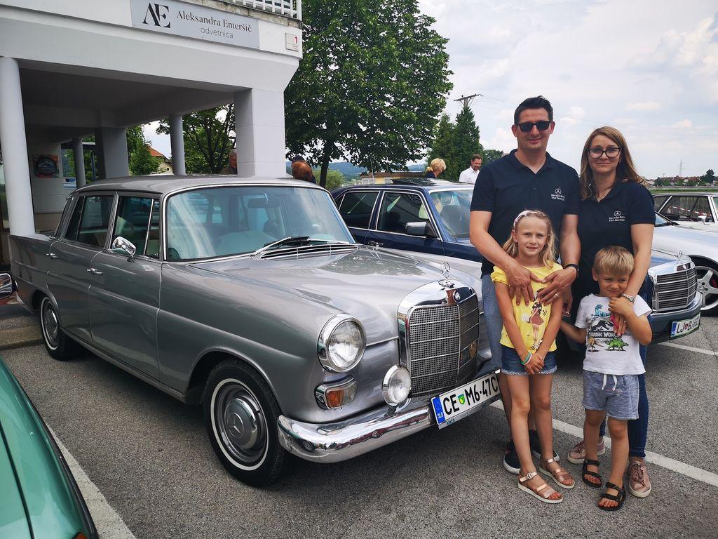 Družina Kolman ob svojem »repašu« Gre za legendarni model Mercedes-Benz 200D W110, ki ga je Denis obnovil z očetovo pomočjo.
