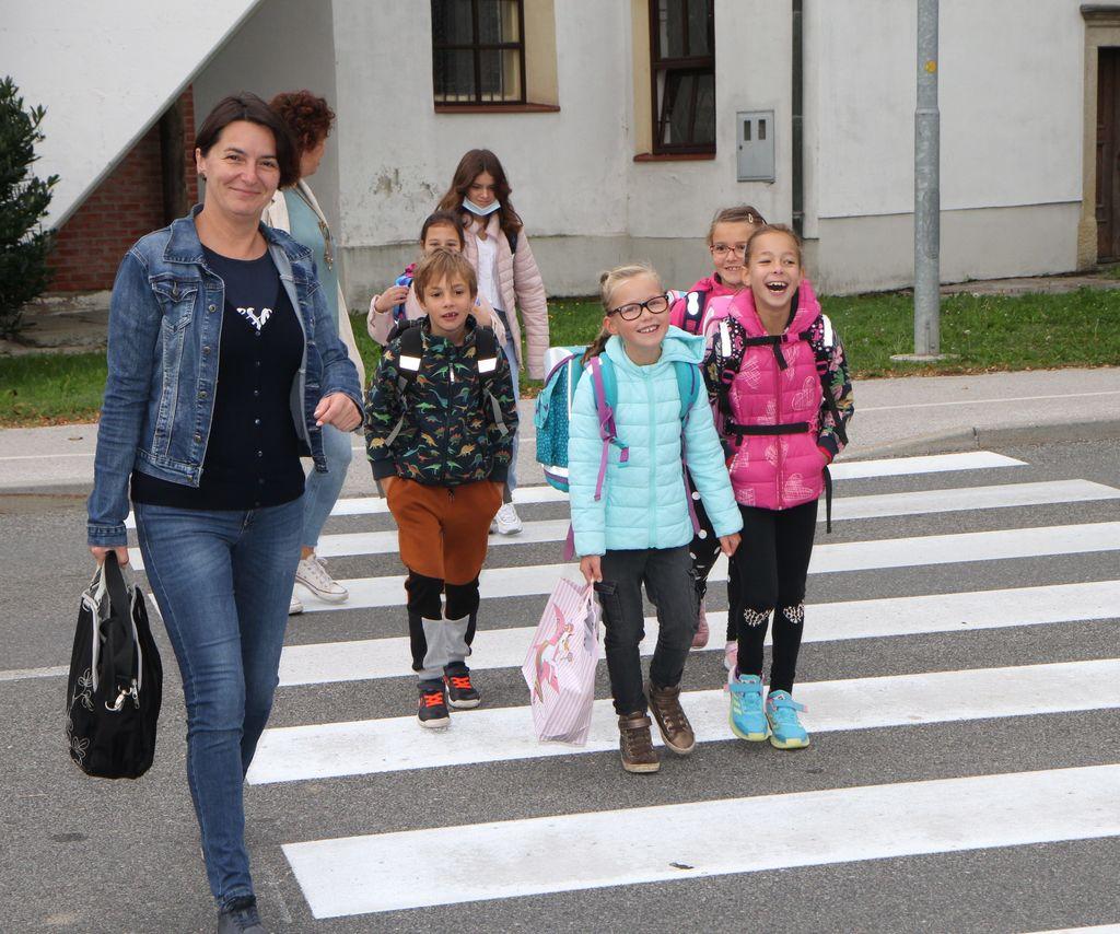 Pot v šolo peš pozitivno vpliva na zdravje otrok in jim zagotavlja minimalno mero dnevne telesne aktivnosti.