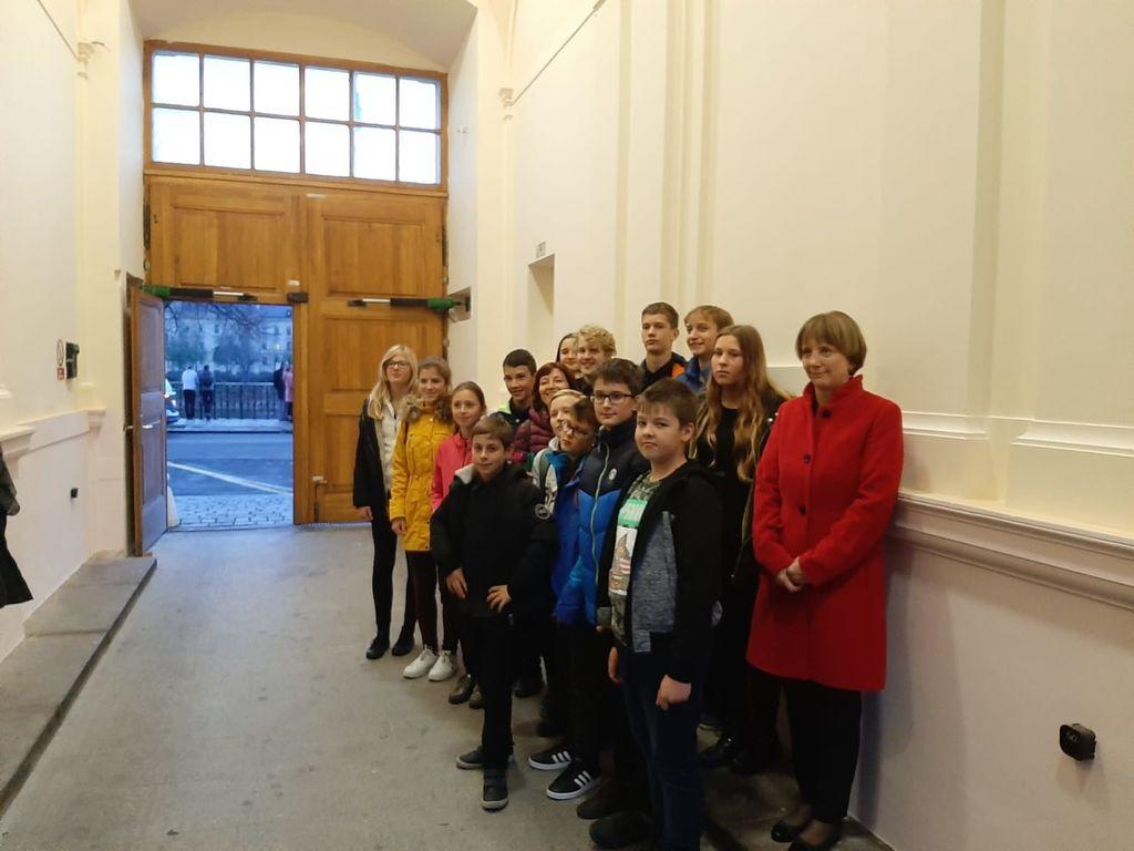 Harmonikarski orkester Glasbene šole Risto Savin Žalec z veleposlanico RS v Pragi, gospo Tanjo Strniša