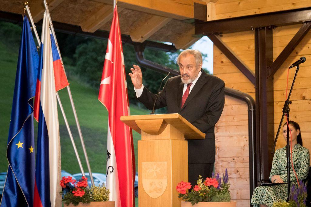 Slovenija, moj dom brez mej, ker nosim te s seboj! Kjer rod je moj, kjer sin je tvoj, tam si Slovenija!