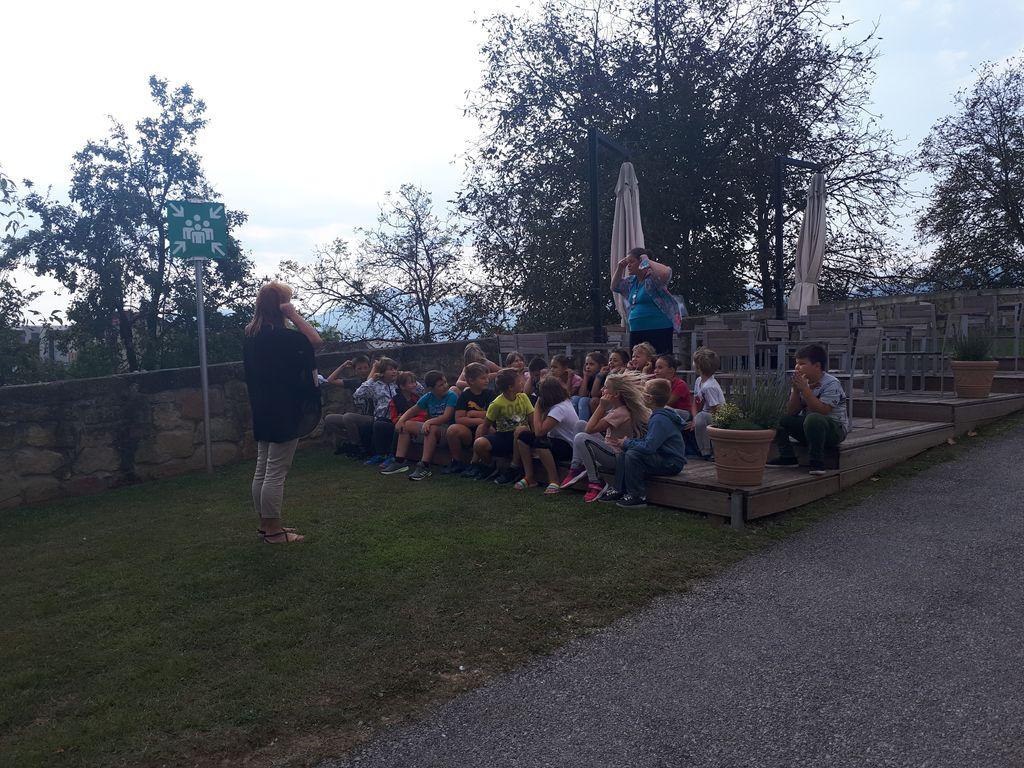 Prva skupina otrok na pravljični urici na temo mobilnosti