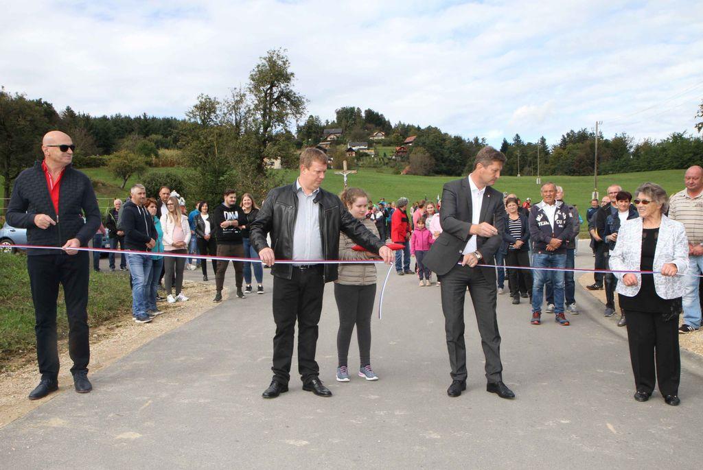 Trak so prerezali (z leve proti desni): Jože Grobelnik, Sergej Zabukovnik, župan Jože Kužnik in ...