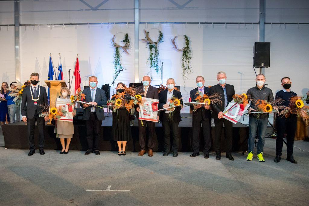 Letošnji nagrajenci z županom Jožetom Kužnikom