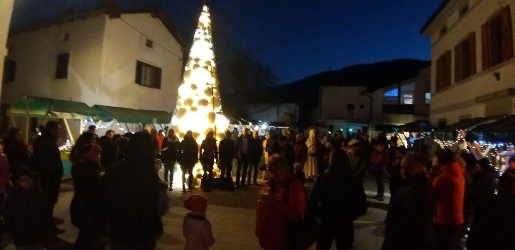 Kobarid ob prihodu Miklavža zažarel v soju tisočih lučk