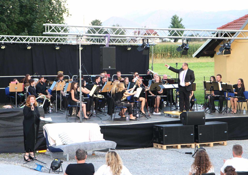 Jubilejni koncert je zaradi ukrepov ob koronavirusu potekal na dvorišču Glasbene šole Cecilija.