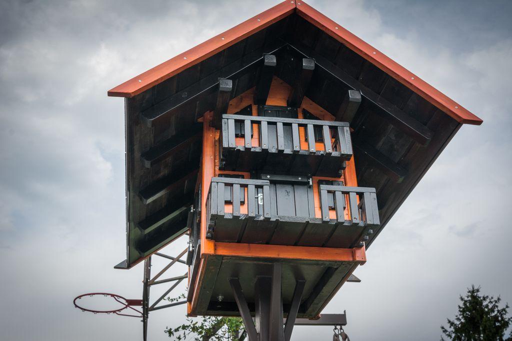 Na balkonu si bo odpočil kakšen ptiček.