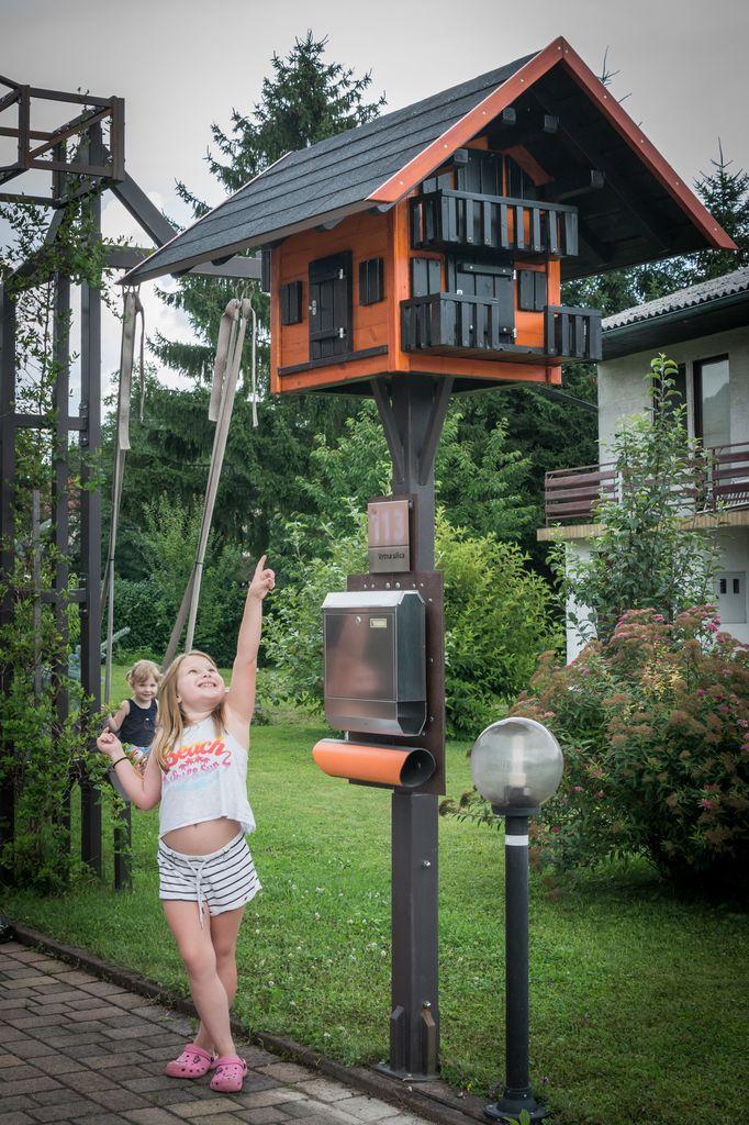 Otrokom hiška spodbuja domišljijo.