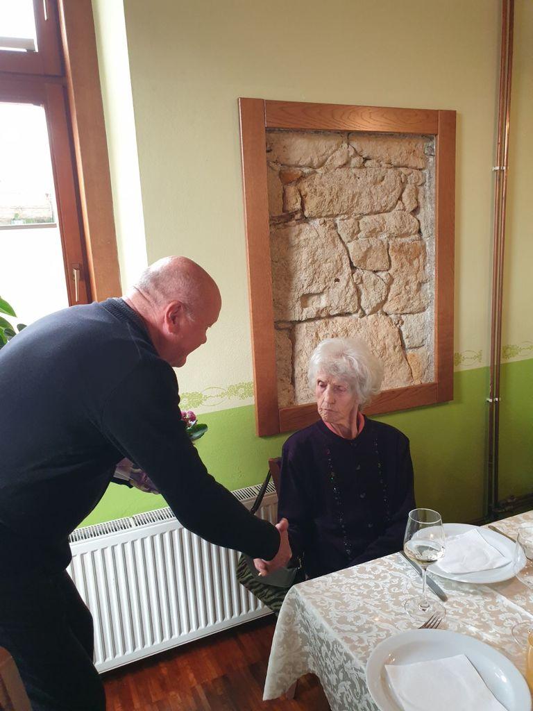 Slavljenki Ani Krajnc je ob visokem jubileju čestital tudi predsednik DU Polzela Igor Pungartnik.