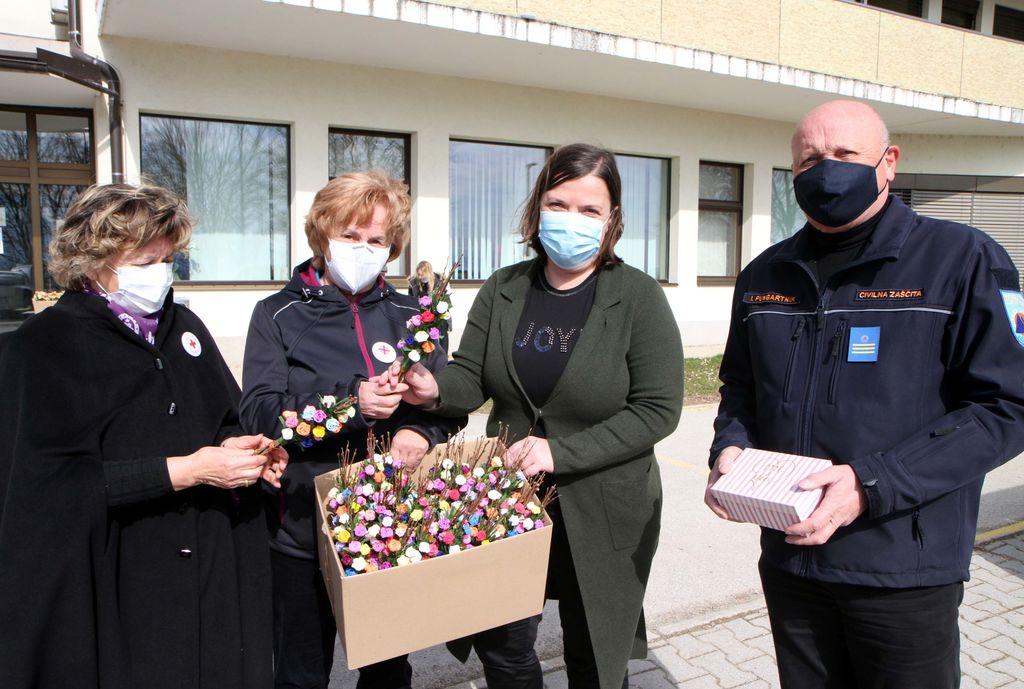 Direktorici Doma upokojencev Polzela so darila izročili Igor Pungartnik, poveljnik Občinskega štaba Civilne zaščite Polzela, ter Olga Hočevar in Zdenka Jelen, predstavnici KO RK Polzela in Karitas Polzela.
