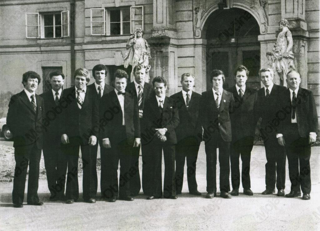 Pred Narodnim domom Celje z zborovodjem Tonetom Volaskom
