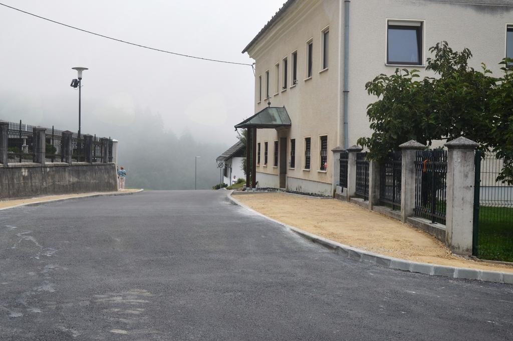 Prostor pred župniščem, kjer bodo otroci lahko počakali na verouk.