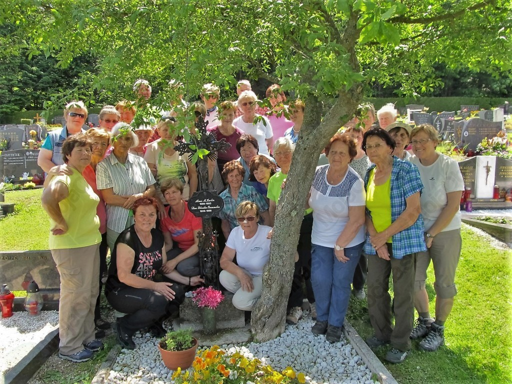 Ob grobu Alme Maksimilijane Karlin in njene prijateljice