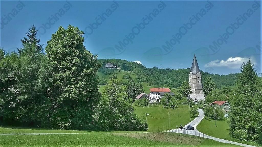 Pogled na Svečino s cerkvijo Marije Snežne in Alminim domom visoko pod gozdom