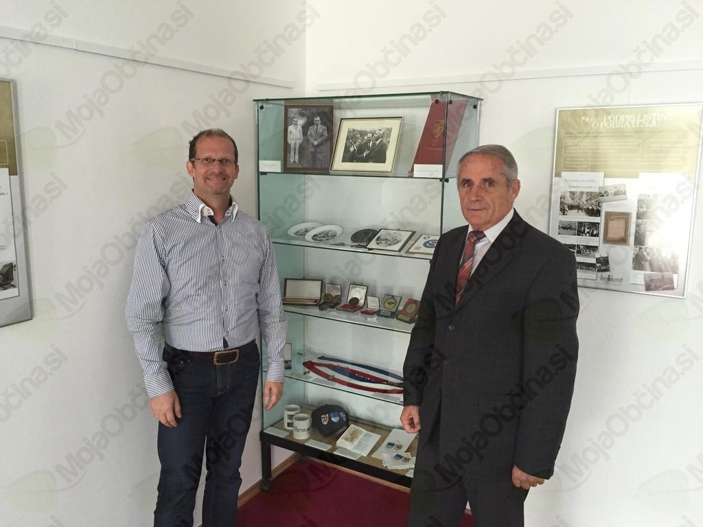 dr. Bojan Knific, avtor knjige in razstav in Jože Klofutar, predsednik Komisije za mednarodno sodelovanju ob ogledu razstave (foto Media butik)