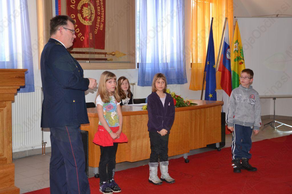 Franc Zibelnik, predstavnik GZ Dolomiti, je nagradil najmlajše tri gasilce.