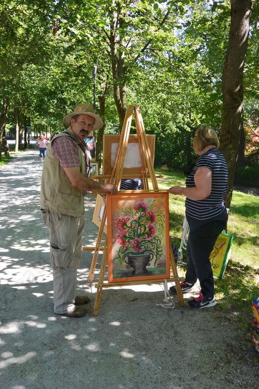 Lojze  in Leonidapomagata Heleni Testen pripraviti razstavo slik na stojalu