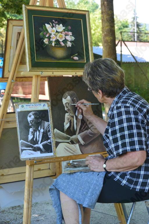 Darinka Kralj, predsednica Likovnega društva Cerklje, ustvarja portret znanega občana Cerkelj