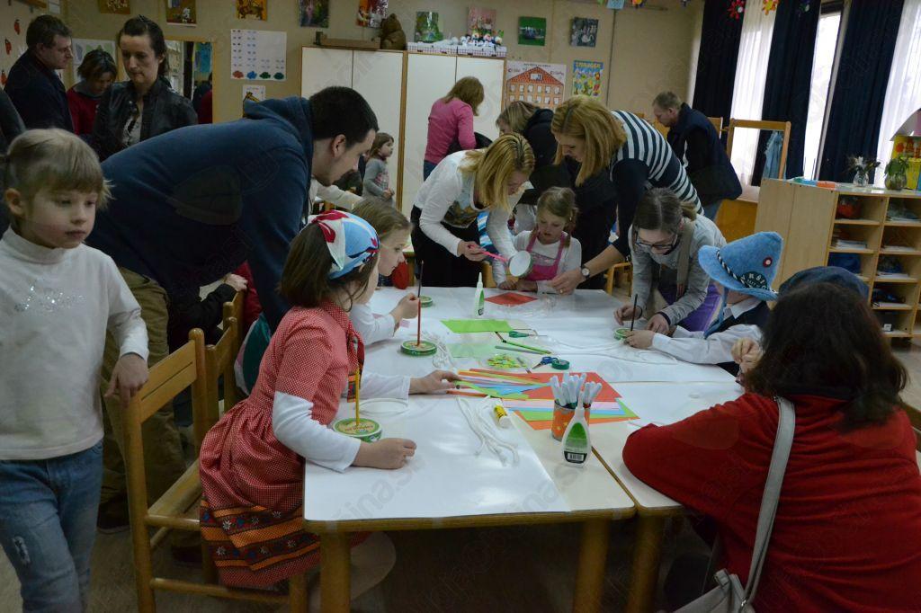V 1. a so učenci skupaj s starši izdelovali igro za metanje obročev.