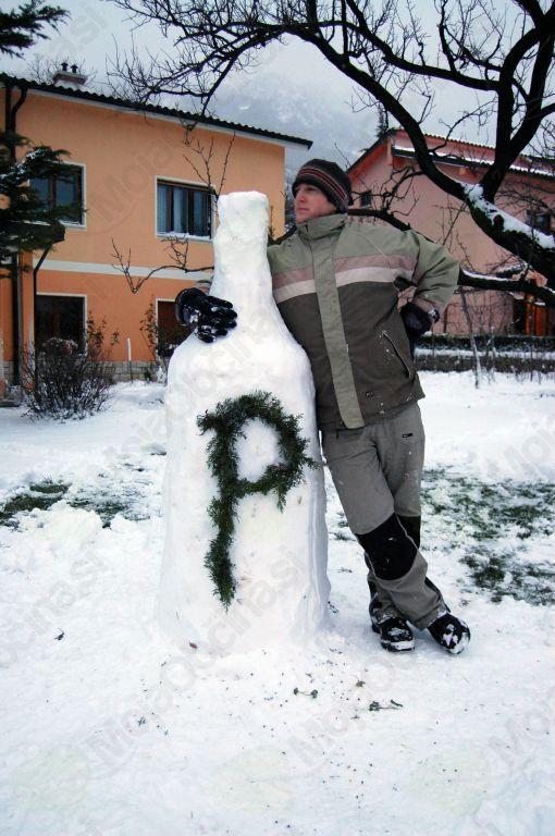 Matej si je tudi snežaka izdelal v obliki pivske steklenice
